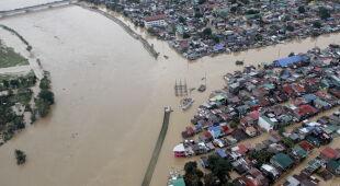 Skutki tajfunu Vamco na Filipinach (PAP/EPA)