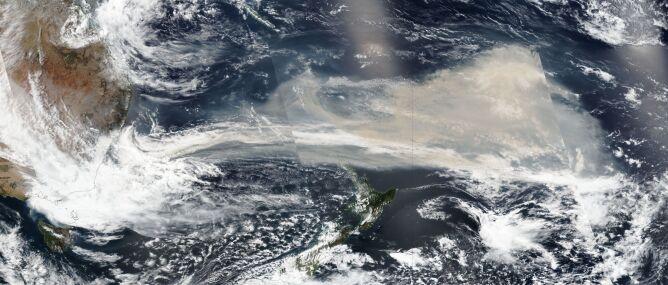 Pył z Australii niesie się w kierunku Ameryki Południowej (NASA Worldview)