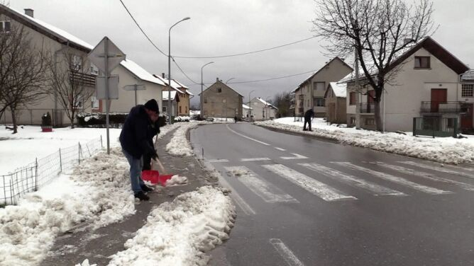 """""""Mieliśmy kosić trawniki, a zamiast tego <br />odgarniamy śnieg z chodników"""""""