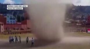 Diabełek pyłowy na boisku do piłki nożnej w Boliwii